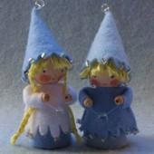 Twee kleine kaboutertjes in de winter